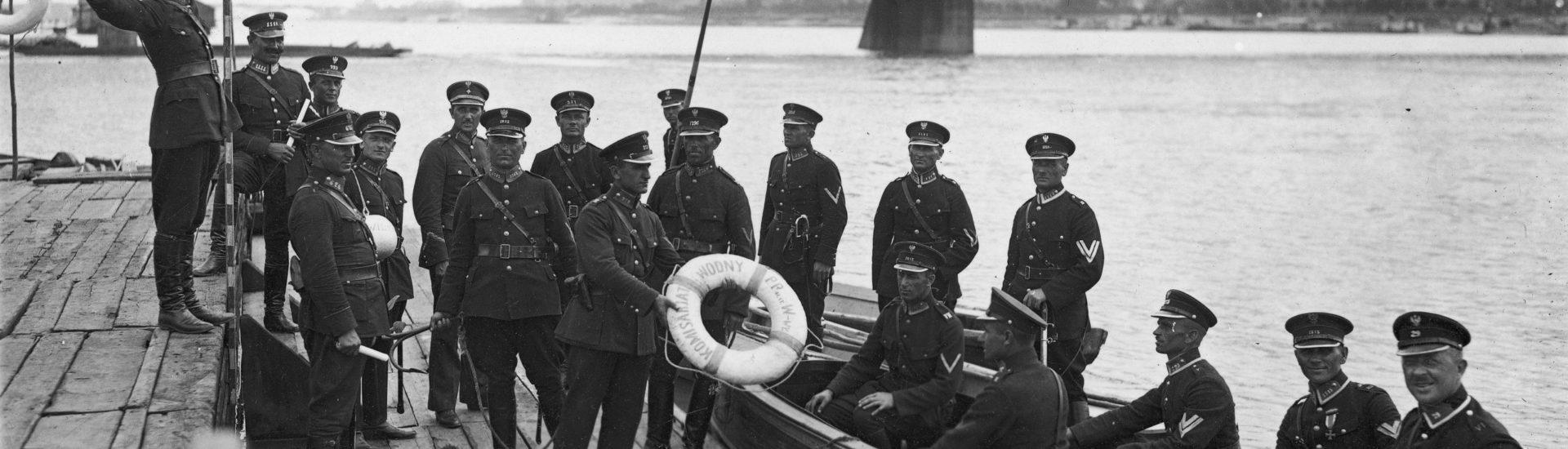 Przedwojenni policjanci na łodzi i pomoście